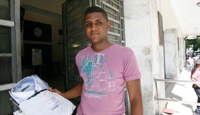 Fernando mora em São Caetano e vai aos Correios do Comércio buscar as encomendas - Foto: Margarida Neide | Ag. A TARDE