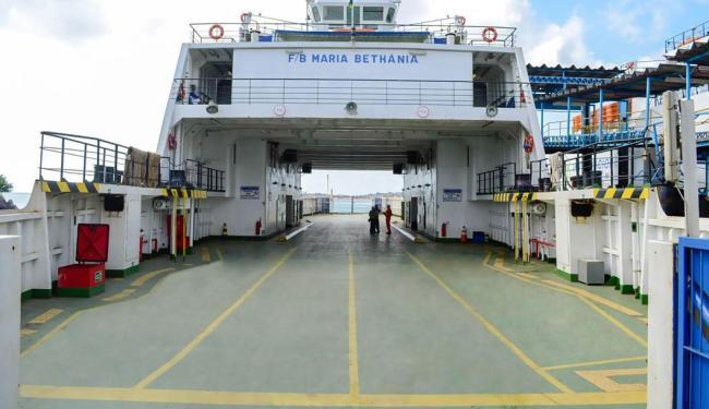 As rampas que dão acesso à embarcação ficaram presas impedindo que o ferry seguisse - Foto: Divulgação