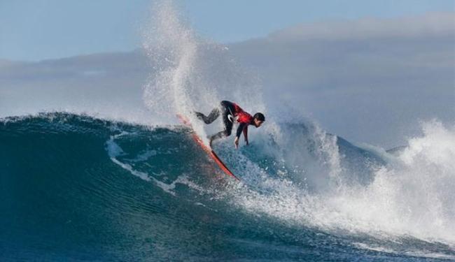 Campeão mundial de 2014, Medina mostrou paciência no mar em condições ruins - Foto: Divulgação   WSL