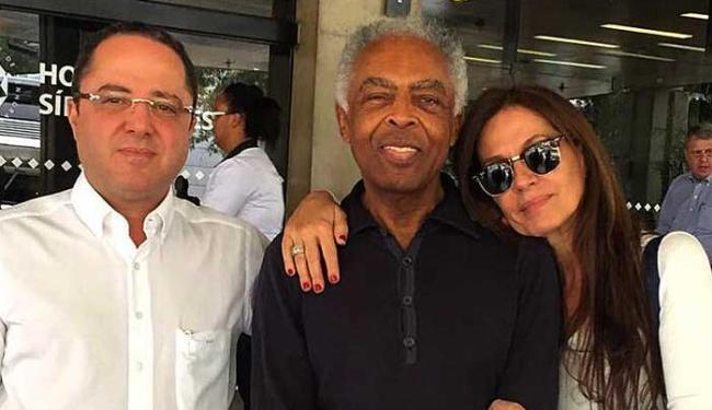 Gil na saída do hospital entre o médico Roberto Kalil Filho e Flora Gil - Foto: Reprodução   Facebook