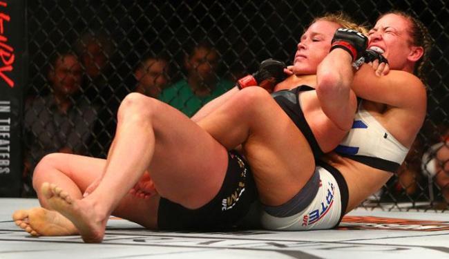 Miesha encaixou um mata-leão e botou Holm para dormir, no UFC 196 - Foto: Mark J. Rebilas | Ag. Reuters