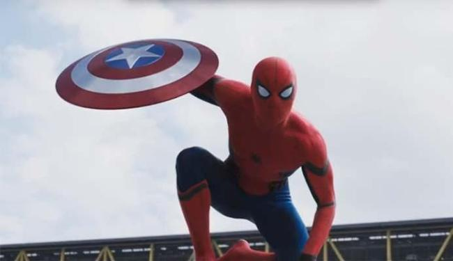 Homem-Aranha com o escudo de Capitão América no novo filme da franquia - Foto: Divulgação