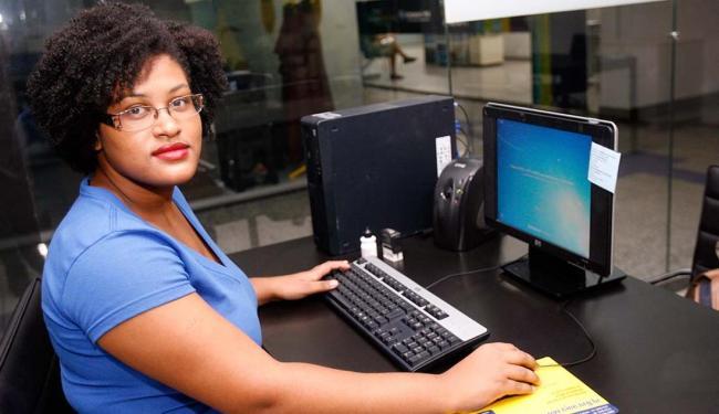 Estudante de jornalismo, Ilana se sente mais segura em estagiar em um órgão público - Foto: Margarida Neide | Ag. A TARDE
