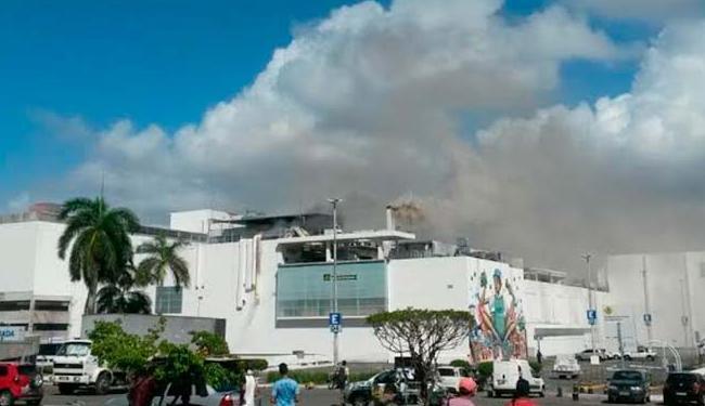 Incêndio atingiu um restaurante no Shopping da Bahia nesta quinta - Foto: Cidadão Repórter   Ag. A TARDE