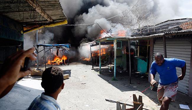 Fogo assustou trabalhadores da 'Feira do Rolo' e atraiu curiosos - Foto: Luiz Tito | Ag. A TARDE