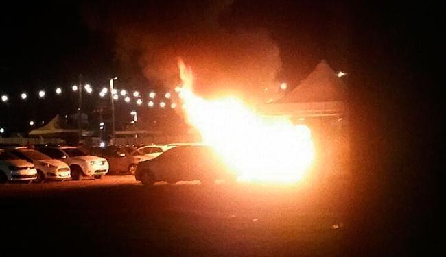 Carro pegou fogo no começo da noite deste domingo - Foto: Cidadão Repórter   Whatsapp