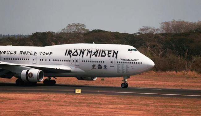 Avião é particular da banda e pilotada pelo vocalista Bruce Dickinson - Foto: Jose Cabezas | Ag. Reuters