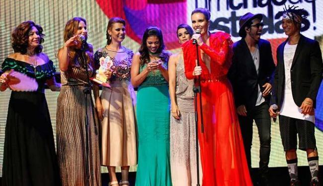 Ivete Sangalo recebeu prêmio de Cantora Destaque e convidou as outras cantoras para subir no palco - Foto: Margarida Neide | Ag. A TARDE