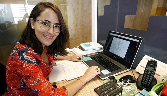 Após consultar amigos, a publicitária Josana Moreira aprimorou currículo e conquistou uma vaga - Foto: Mila Cordeiro l Ag. A TARDE