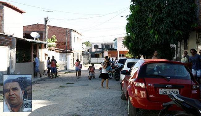 Na rua onde o funcionário da Vale morava, vizinhos e familiares se mostraram consternados - Foto: Mila Cordeiro / Ag. A TARDE