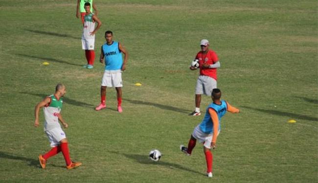 O técnico da Juazeirense, Evandro Guimarães, orienta os jogadores durante treino - Foto: Divulgação l Look - Assessoria de Comunicação