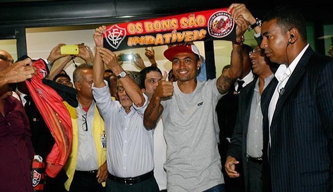 Ao lado do presidente Raimundo Viana, Kieza saúda a torcida rubro-negra - Foto: Margarida Neide | Ag. A TARDE