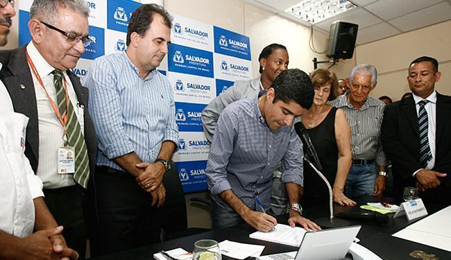 O prefeito ACM Neto assinou nesta segunda-feira, 17, o decreto que institui o novo regulamento - Foto: Mila Cordeiro l Ag. A TARDE