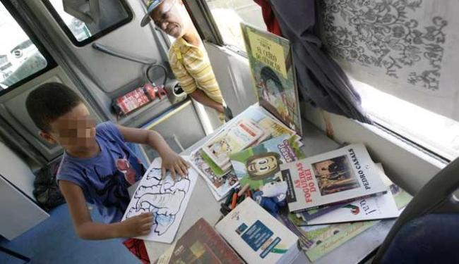 Recessão contribui para os pais migrarem para fazer as compras dos livros escolares pela internet - Foto: Luciano da Matta | Ag. A TARDE