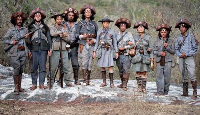 Cena do filme em que aparece o bando de Lampião, com Maria Bonita (Hermila Guedes) ao centro - Foto: Divulgação