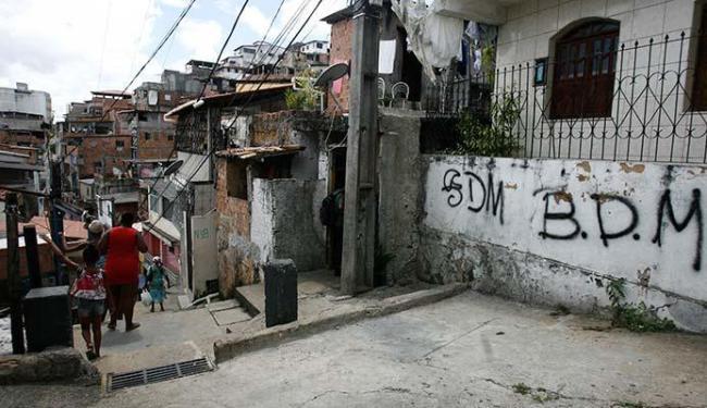 Sete homens armados invadiram a casa das vítimas, na rua Vila Nova - Foto: Edilson Lima | Ag. A TARDE