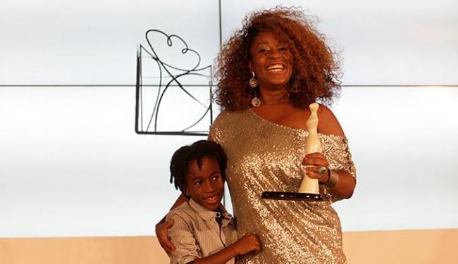 Maíra Azevedo, do Grupo A TARDE, recebeu o troféu ao lado do filho Aladê - Foto: Adilton Venegeroles l Ag. A TARDE