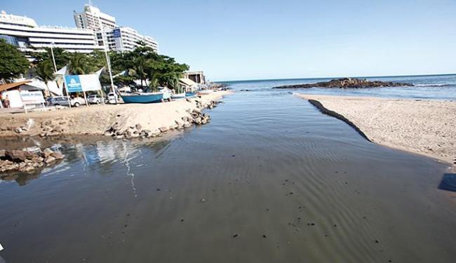 Dejetos in natura foram parar no mar após sistema de filtragem dos efluentes parar de funcionar - Foto: Adilton Venegeroles l Ag. A TARDE