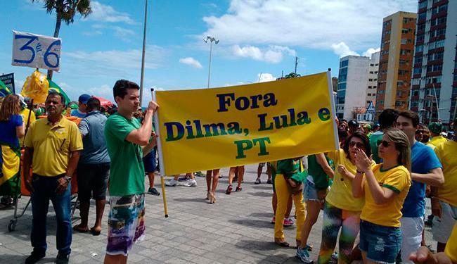 Em Salvador, mais de 5 mil pessoas protestam no Farol da Barra - Foto: Luan Santos   Ag. A TARDE