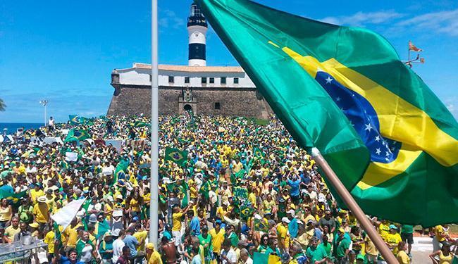 No último domingo, 13, milhares de pessoas protestaram na Barra, em Salvador - Foto: Luan Santos | Ag. A TARDE