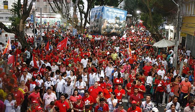 Em meio à crise, militantes e simpatizantes do PT foram às ruas defender Dilma - Foto: Lúcio Távora l Ag. A TARDE