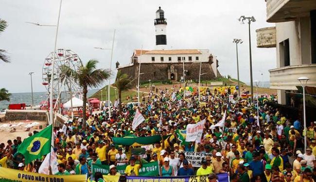 Manifestação contra a presidente, governo e PT reuniu milhares de pessoas ano passado - Foto: Margarida Neide | Ag. A TARDE 12.04.2015