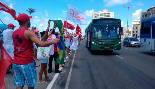 Os manifestantes estão com bandeiras nas mãos e gritam palavras de ordem - Foto: Edilson Lima | Ag. A TARDE