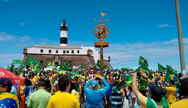 O protesto é nacional. Em Salvador, os manifestante se concentram no Farol da Barra - Foto: Luan Santos | Ag. A TARDE