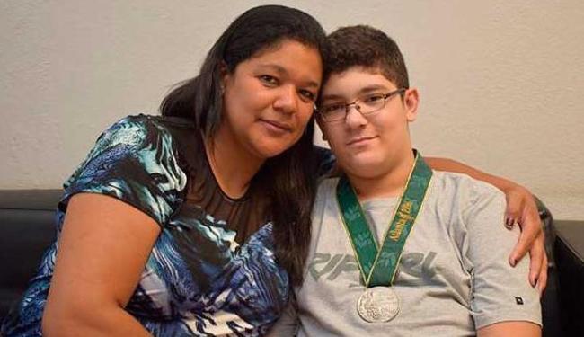 A ex-pivô da seleção de basquete Claudia Pastor e o filho Maurílio com a medalha - Foto: Divulgação/Arquivo pessoal