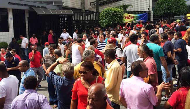 Manifestantes a favor do ex-presidente concentram-se em frente ao prédio de Lula - Foto: Fernanda Cruz l Agência Brasil