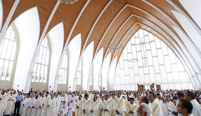 Dezenas de religiosos católicos se reuniram para renovar as promessas sacerdotais dos padres - Foto: Raul Spinassé l Ag. A TARDE