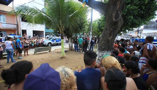 Muita gente acompanhou o trabalho da polícia na Praça 15 de Agosto - Foto: Joá Souza | Ag. A TARDE