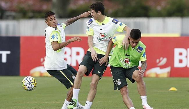 O atacante Neymar (E) participou normalmente do treino - Foto: Rafael Ribeiro l CBF