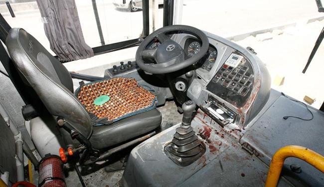 Bandidos foram espancados dentro do ônibus - Foto: Edilson Lima   Ag. A TARDE