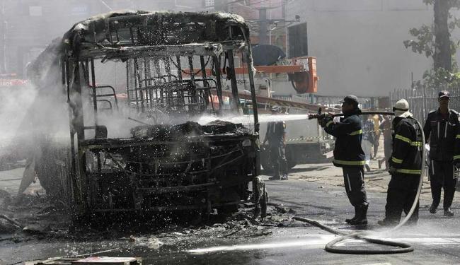 Ônibus foi incendiado no começo da tarde desta segunda - Foto: Adilton Venegeroles | Ag. A TARDE