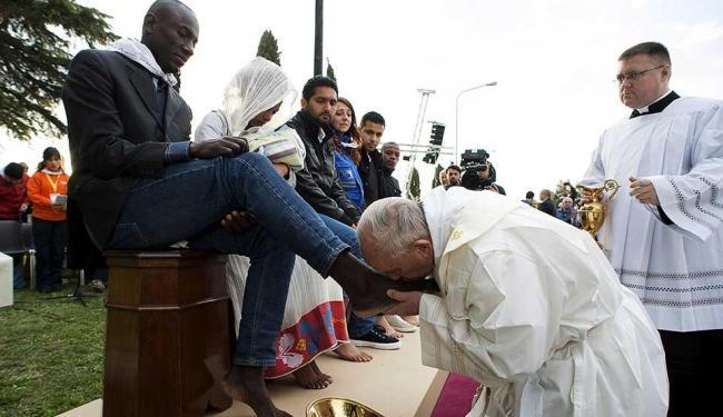 Papa Francisco cumpriu tradicional ritual e beijou os pés de 12 pessoas, a maioria refugiados - Foto: Osservatore Romano | Reuters