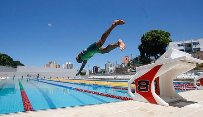 Leo Curvelo foi um dos três atletas a 'estrear' a nova piscina, que será inaugurada segunda-feira - Foto: Raul Spinassé | Ag. A TARDE