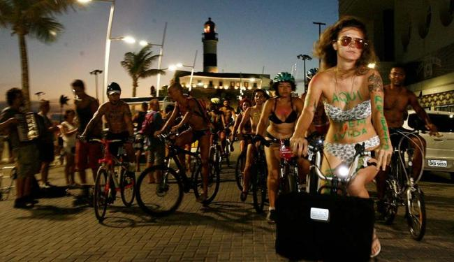 Ciclistas se reuniram para a primeira edição do Pedalada Pelada em Salvador - Foto: Edilson Lima | Ag. A TARDE