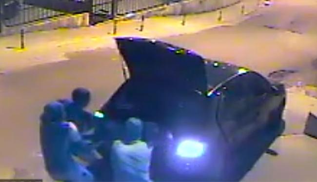 Mulheres foram retiradas inconscientes de dentro de porta mala de carro - Foto: Reprodução