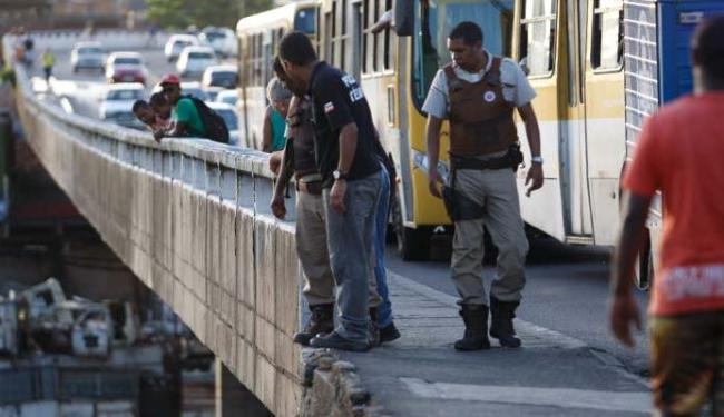 Policiais observam o corpo embaixo do viaduto - Foto: Joá Souza | Ag. A TARDE
