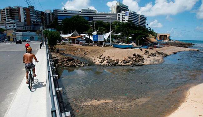 Esgoto sem tratamento foi lançado por quase 48 horas no mar do Rio Vermelho - Foto: Raul Spinassé | Ag. A TARDE