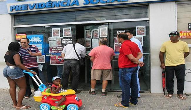 Em setembro do ano passado, segurados ficaram sem atendimento durante a greve - Foto: Luciano da Matta l Ag. A TARDE l 28.9.2015