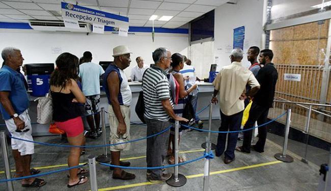 Trabalhadores aguardam na fila por atendimento no setor de triagem - Foto: Luciano da Matta l Ag. A TARDE