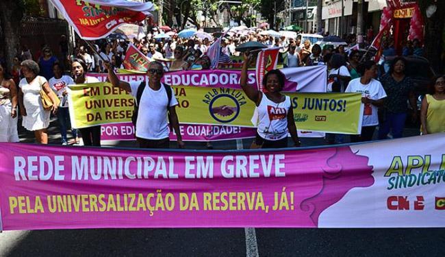 Professores caminham em protesto pelas ruas do centro da cidade - Foto: Walter Cirne l Divulgação