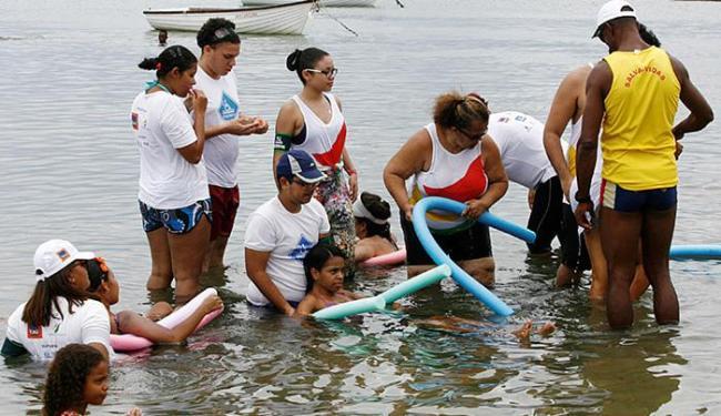Iniciativa reúne pessoas que possuem dificuldade de locomoção para o banho de mar assistido - Foto: Luciano da Matta | Ag. A TARDE
