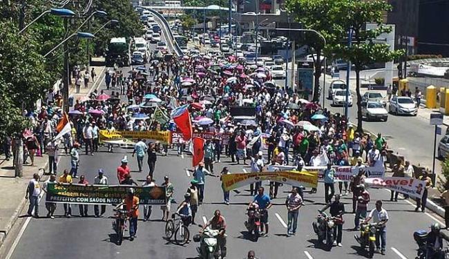 Grupo saiu da região do Shopping da Bahia e seguiu pela Av. Tancredo Neves - Foto: Teófilo Henrique   Ag. A TARDE