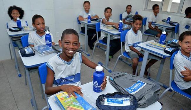 Mochila e caderno são dois dos itens recebidos por alunos - Foto: Max Haack l Agecom