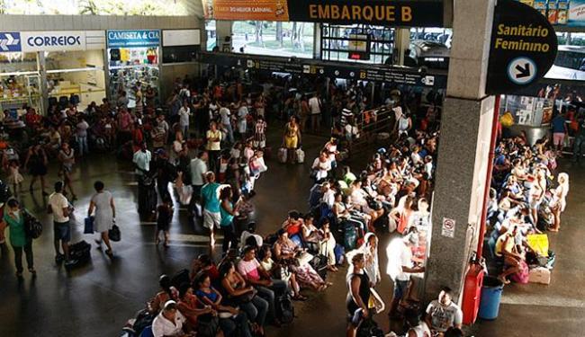 Centenas de pessoas lotaram os pátios de embarque da estação rodoviária na tarde desta quinta-feira - Foto: Mila Cordeiro l Ag. A TARDE