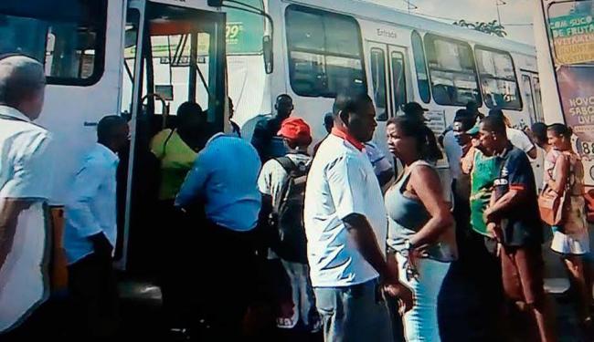 Rodoviários pararam os ônibus na Oscar Pontes e travaram o trânsito - Foto: Reprodução