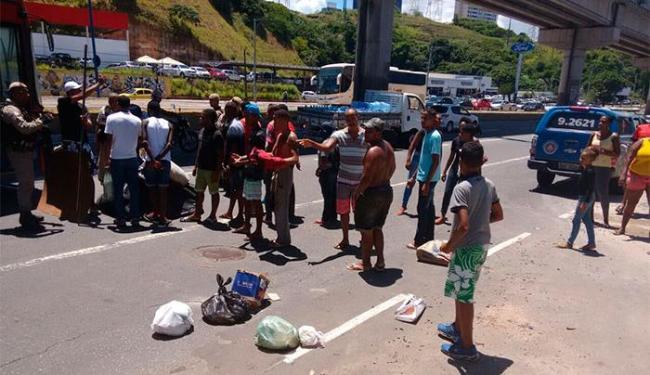 Os manifestantes tentaram fechar a via, mas foram impedidos pela polícia - Foto: Edilson Lima | Ag. A TARDE